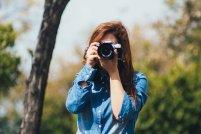kobieta robiąca zdjęcie aparatem fotograficznym