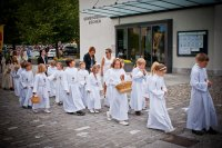 Dzieci idące do pierwszej komunii św.